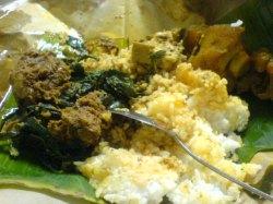 sebungkus nasi Padang isi kikil dan rendang yang yummy!