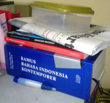 tumpukan buku. I luv books.. (and luv reading them, of course. hehe..)