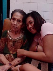 Oma dan Ithoy. Tangan Oma terus menggenggam tangan saya. :)